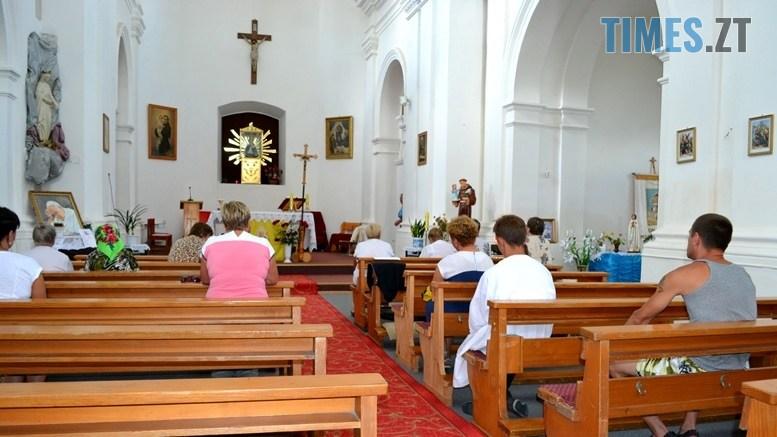 preview 2 - Голі ноги, непокрита голова, сидячи: звичаї католиків, які вражають православних (ФОТО)