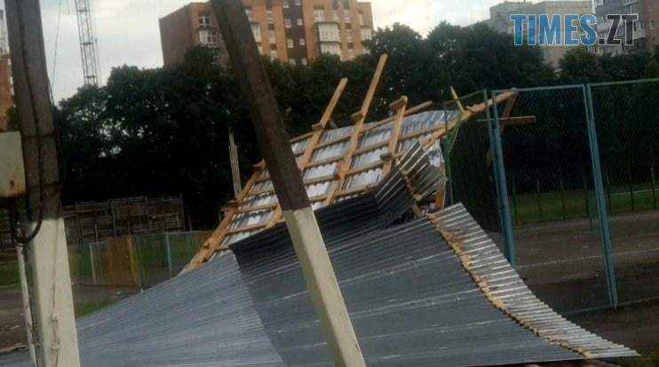 61962074 2167198853502539 3892977611432787968 n - В Житомирі ураган зривав дахи з будівель та валив дерева (ФОТО)