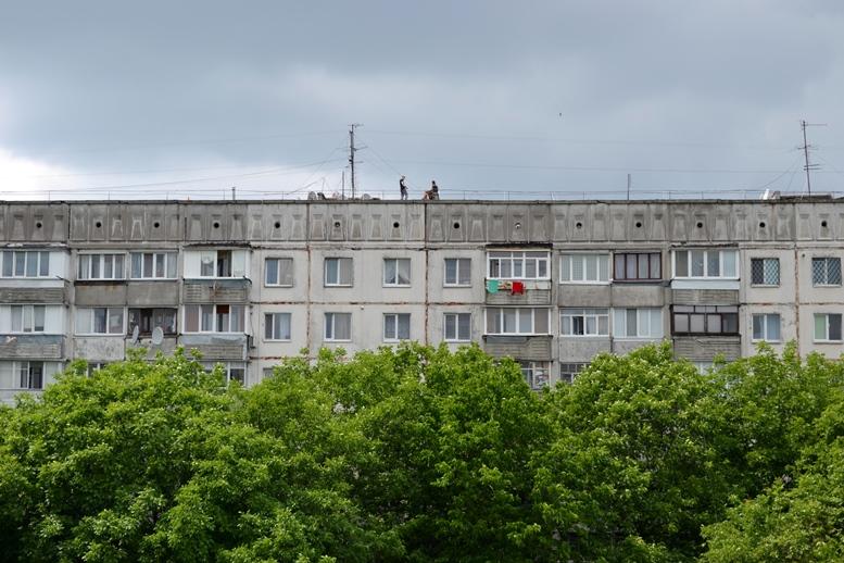 DSC 0006 - Страждають від дурні чи готують суїцид? На даху будинку на Польовій постійно стирчить дивна компанія (ФОТО)