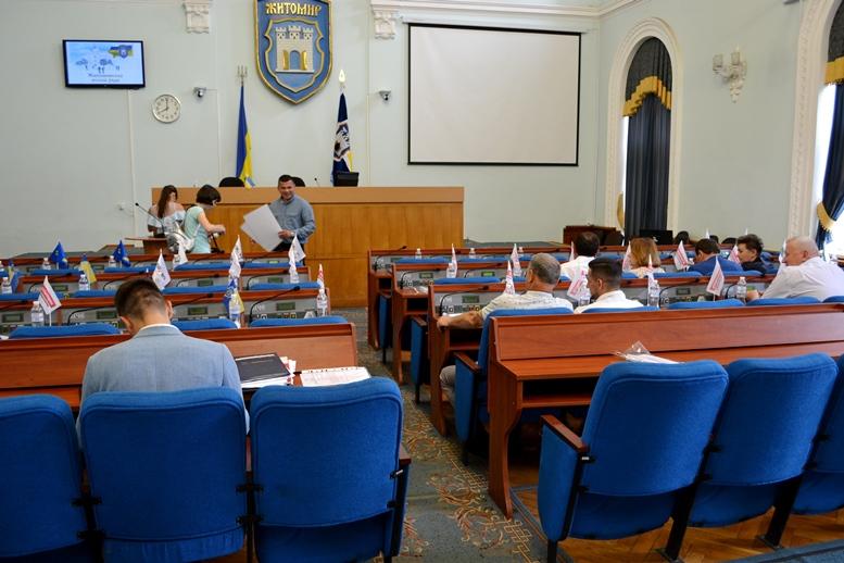 DSC 0011 - «Злочинна» приватизація готелю «Житомир»: невідомий АТОшник влаштував дебош у міськраді (ФОТО)