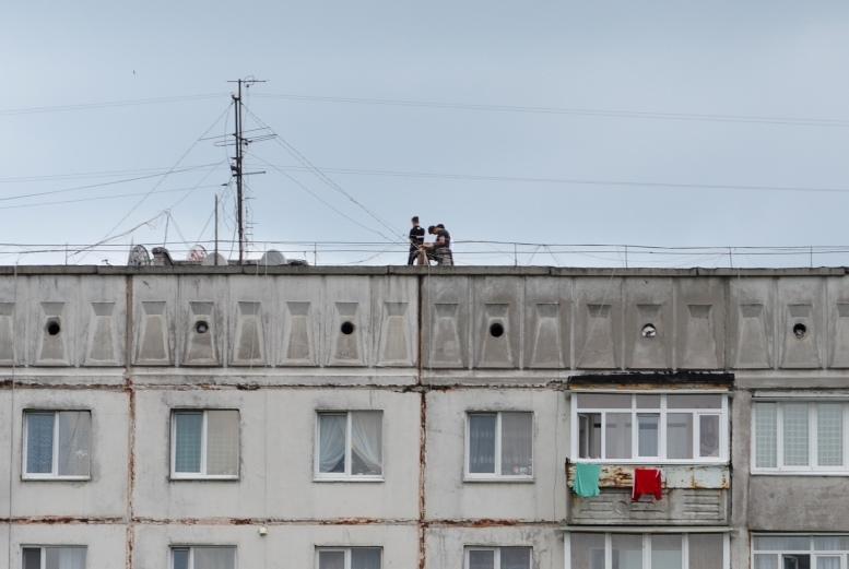 DSC 0012 - Страждають від дурні чи готують суїцид? На даху будинку на Польовій постійно стирчить дивна компанія (ФОТО)