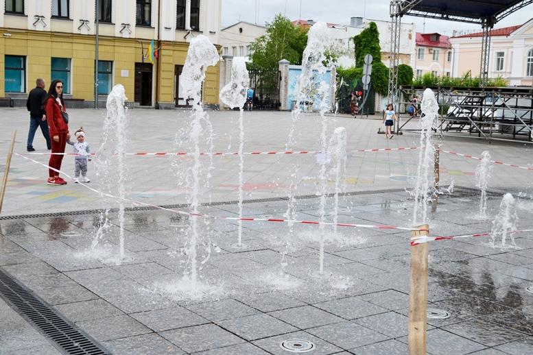 DSC 0131 - На Михайлівській раптово прокинувся душовий фонтан. Плиту з тріщиною так і не прибрали (ФОТО)
