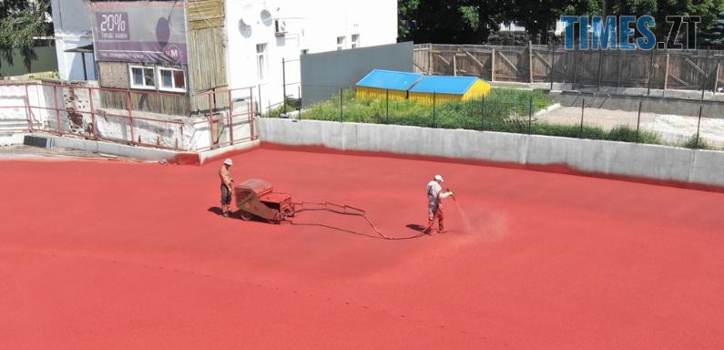 """Screenshot 13 3 - У Житомирі на стадіоні """"Полісся"""" завершують облаштування бігових доріжок (ФОТО)"""