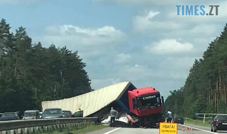 Screenshot 56 1 739x437 - Рух транспорту обмежено: на Житомирщині посеред траси перекинулася вантажівка