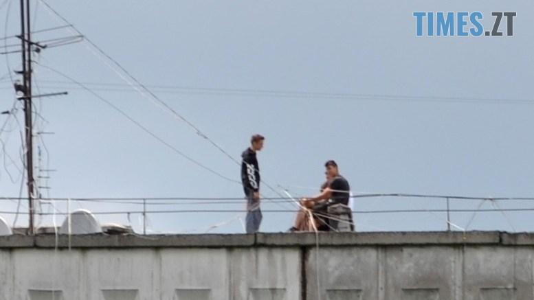 preview 2 - Страждають від дурні чи готують суїцид? На даху будинку на Польовій постійно стирчить дивна компанія (ФОТО)