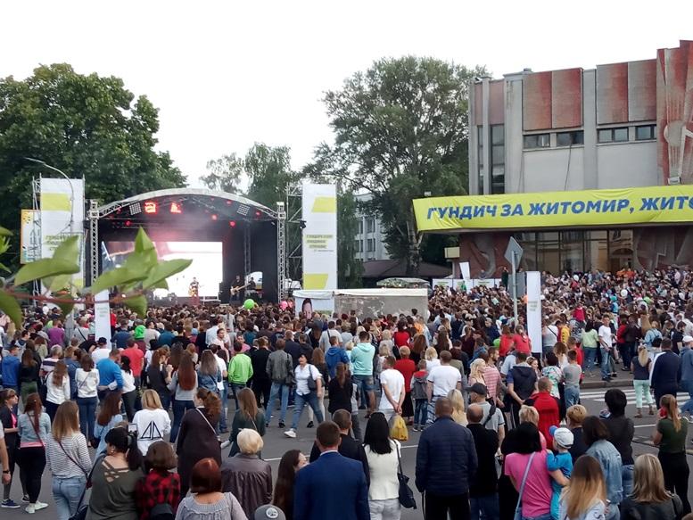 04 2 - За які кошти колишній чиновник Гундич два дні «фестивалив» на Михайлівській? (ФОТО, ВІДЕО)
