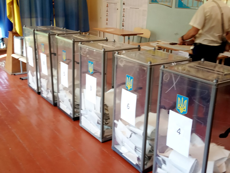 04 4 - «Зайшов у кабінку і майже одразу вибіг…» Як голосували у Житомирі 21 липня (ФОТО)