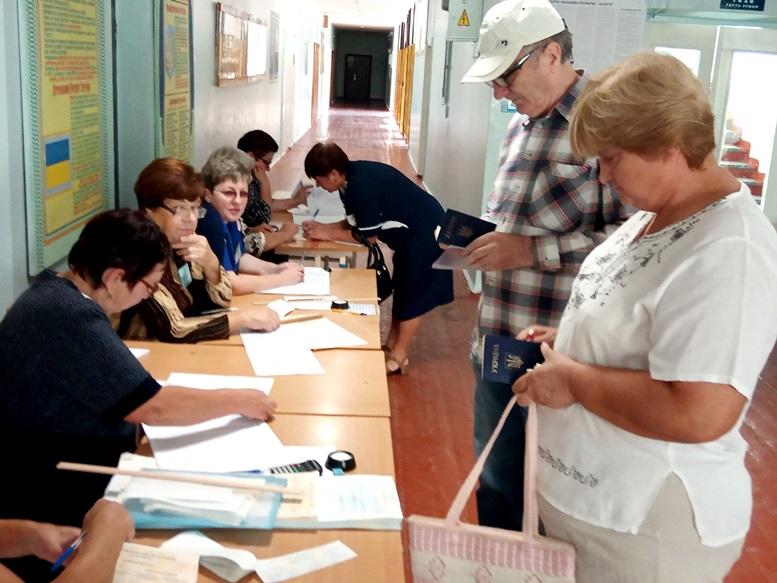 05 4 - «Зайшов у кабінку і майже одразу вибіг…» Як голосували у Житомирі 21 липня (ФОТО)