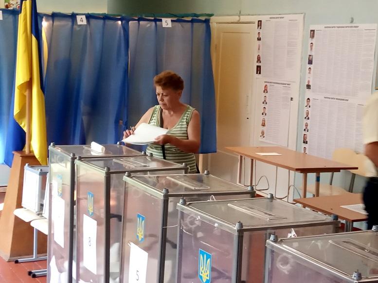 06 4 - «Зайшов у кабінку і майже одразу вибіг…» Як голосували у Житомирі 21 липня (ФОТО)