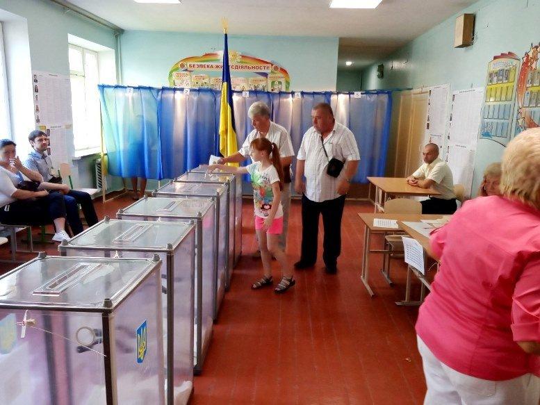 10 3 - «Зайшов у кабінку і майже одразу вибіг…» Як голосували у Житомирі 21 липня (ФОТО)