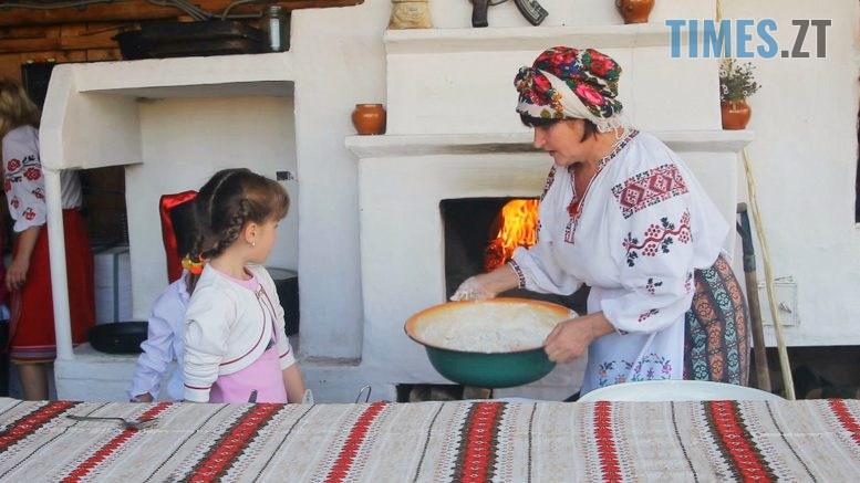 pich 2 777x437 - Домашня випічка в печі – наука для дітей у селі Кустин (ВІДЕО)