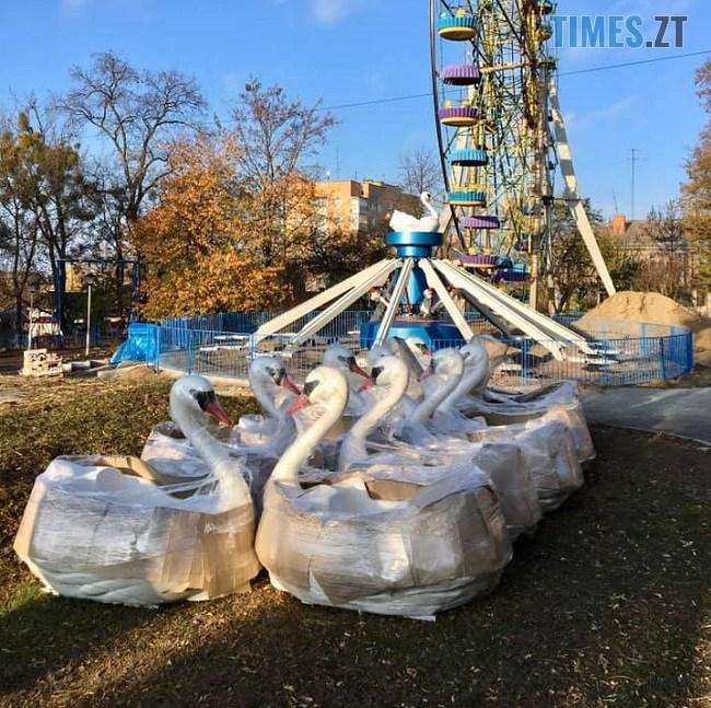 """74685188 2481164101920410 2234101743812083712 n - У Житомирському парку встановлюють новий атракціон """"Лебеді"""" (ФОТО)"""