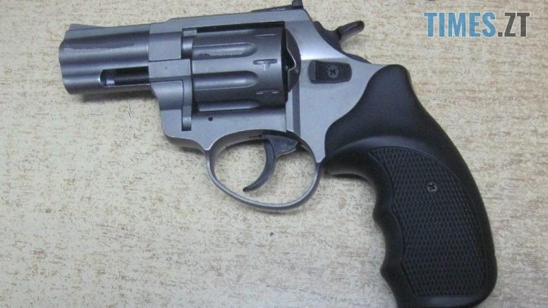 IMG 20191124 WA0005 777x437 - Митники Житомирщини затримали чоловіка, який намагався перевезти револьвер у дверцятах авто