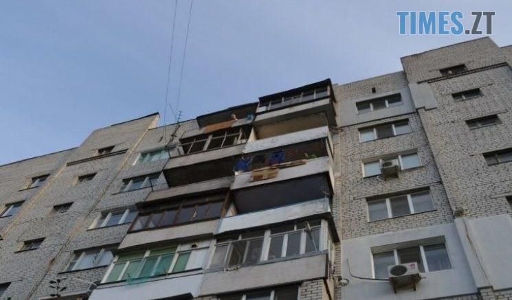 dom horod 745x437 - Бережіть голови! У Житомирі з вікон багатоповерхівок викидають старі двері (ФОТО)