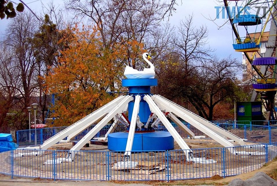 """ooo - У Житомирському парку встановлюють новий атракціон """"Лебеді"""" (ФОТО)"""