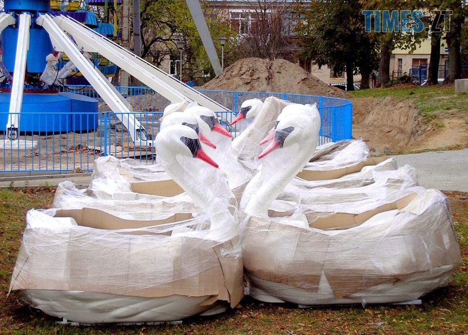 """ooooo - У Житомирському парку встановлюють новий атракціон """"Лебеді"""" (ФОТО)"""