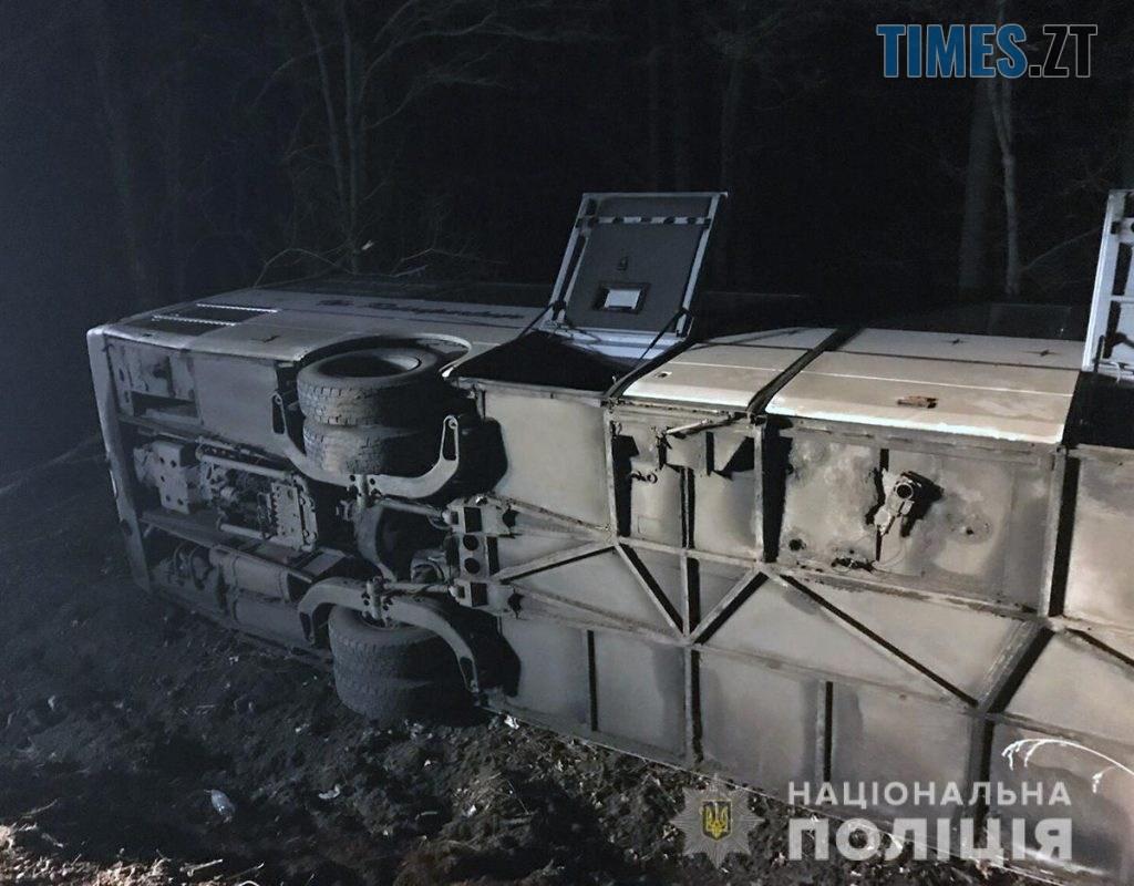 09 44 42 1 1024x800 - На трасі під Житомиром перекинувся міжнародний автобус із пасажирами, є травмовані (ФОТО)