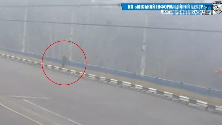 Screenshot 3 5 777x437 - У Житомирі на Богунії дівчина перелізла через огорожу мосту (ВІДЕО)