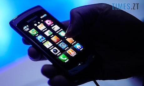 telefon5 - У Бердичеві зухвалий грабіжник вихопив у перехожого вартісний мобільник прямо на зупинці