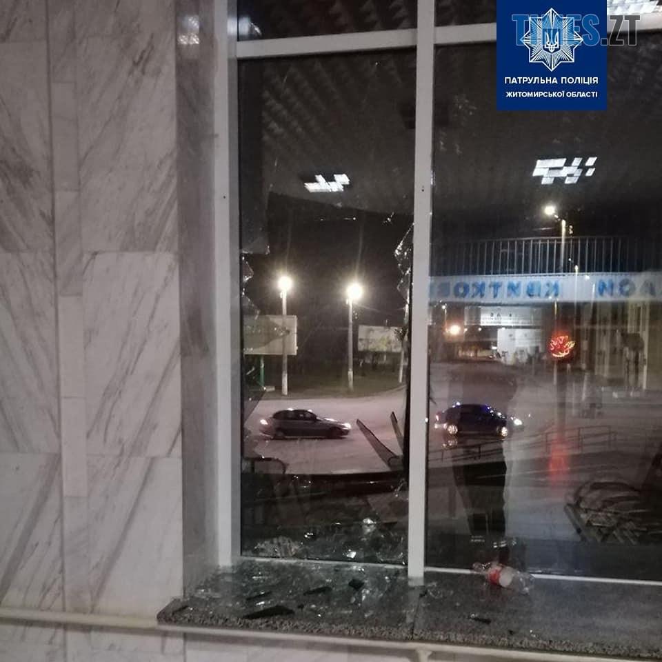 82432401 1067892216880550 1553895545372672000 n - У Житомирі чоловік розбив скло у приміщенні вокзалу (ФОТО)