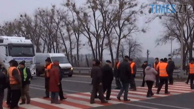 9dfdad73c2bda0f42949836255613707 L 777x437 - Мітингувальники перекрили трасу під Житомиром: працівники облавтодору вимагають повернення боргів (ВІДЕО)
