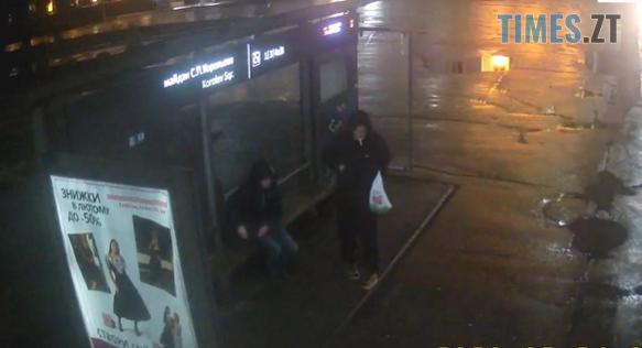 Screenshot 1 15 - Житомир: у мережі з`явилося відео, як на зупинці в центрі міста незнайомець нахабно обікрав перехожого (ВІДЕО)