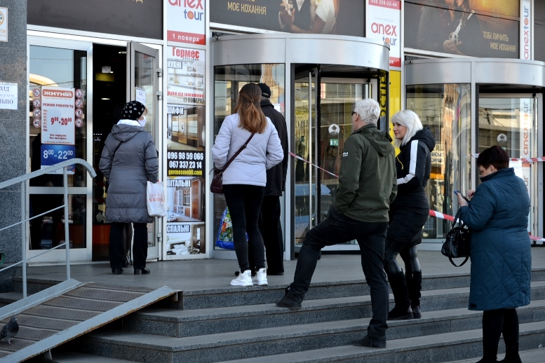 02 2 - Зе-карантин: черги за їжею та грошима – і єдиний в Житомирі «живий» кафетерій (ФОТО)