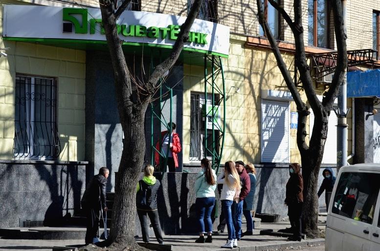 12 - Зе-карантин: черги за їжею та грошима – і єдиний в Житомирі «живий» кафетерій (ФОТО)
