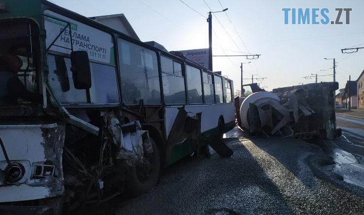Screenshot 5 15 738x437 - Вантажівка проти тролейбусу: на Чуднівському мосту в Житомирі моторошна ДТП (ФОТО\ВІДЕО)