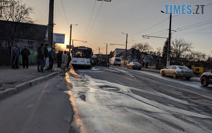 Screenshot 7 9 - Вантажівка проти тролейбусу: на Чуднівському мосту в Житомирі моторошна ДТП (ФОТО\ВІДЕО)
