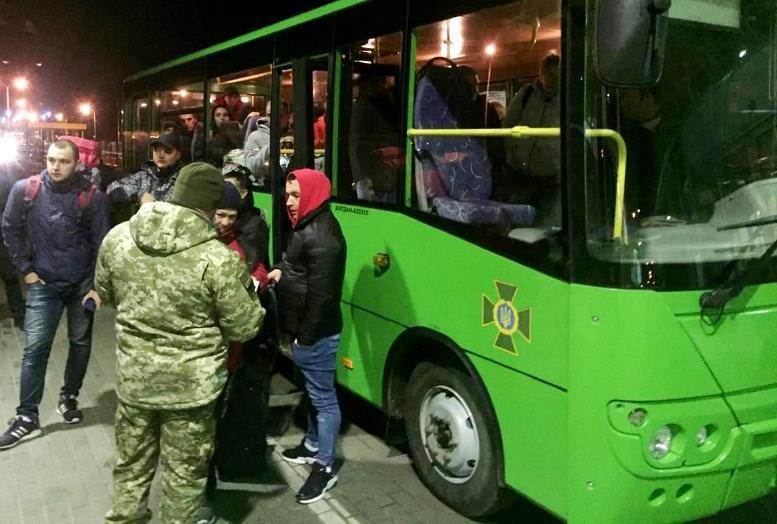 avtobus - Карантин по-зеленськи: лівою рукою «закрили кордони» – правою пускають тисячі людей (ФОТО, ВІДЕО)