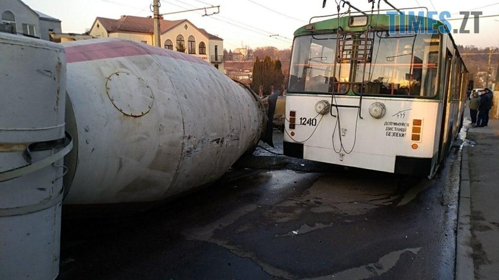 photo5465300173279309150 1024x576 - Вантажівка проти тролейбусу: на Чуднівському мосту в Житомирі моторошна ДТП (ФОТО\ВІДЕО)