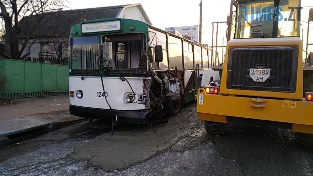 photo5465300173279309152 1024x576 - Вантажівка проти тролейбусу: на Чуднівському мосту в Житомирі моторошна ДТП (ФОТО\ВІДЕО)