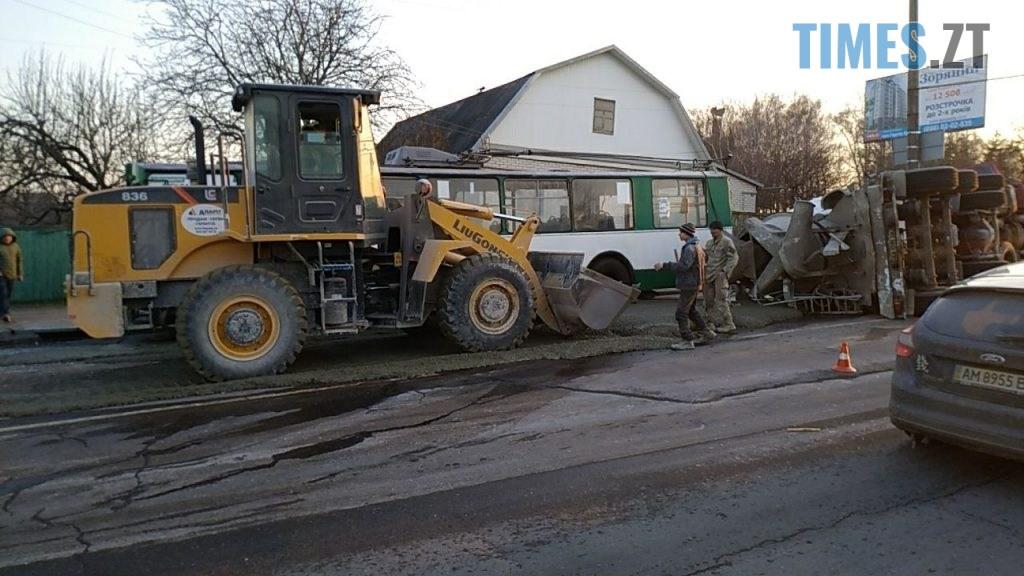 photo5465302668655307847 1024x576 - Вантажівка проти тролейбусу: на Чуднівському мосту в Житомирі моторошна ДТП (ФОТО\ВІДЕО)