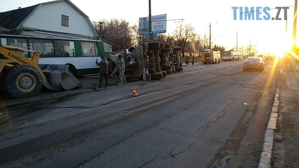 photo5465302668655307848 1024x576 - Вантажівка проти тролейбусу: на Чуднівському мосту в Житомирі моторошна ДТП (ФОТО\ВІДЕО)