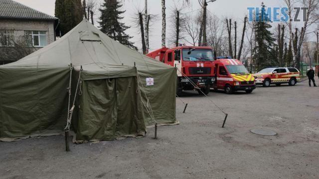 photo 2020 03 30 14 10 13 - «Бойова готовність»: біля лікарень Житомира поставили намети для прийому хворих