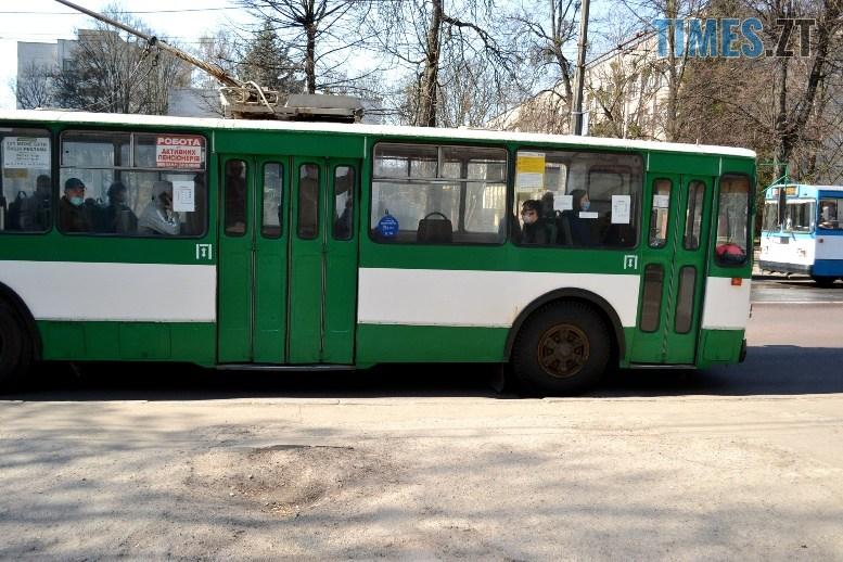 02 7 - Транспортний колапс у Житомирі відклали: у тролейбус ще пускають без посвідчення (ФОТО)