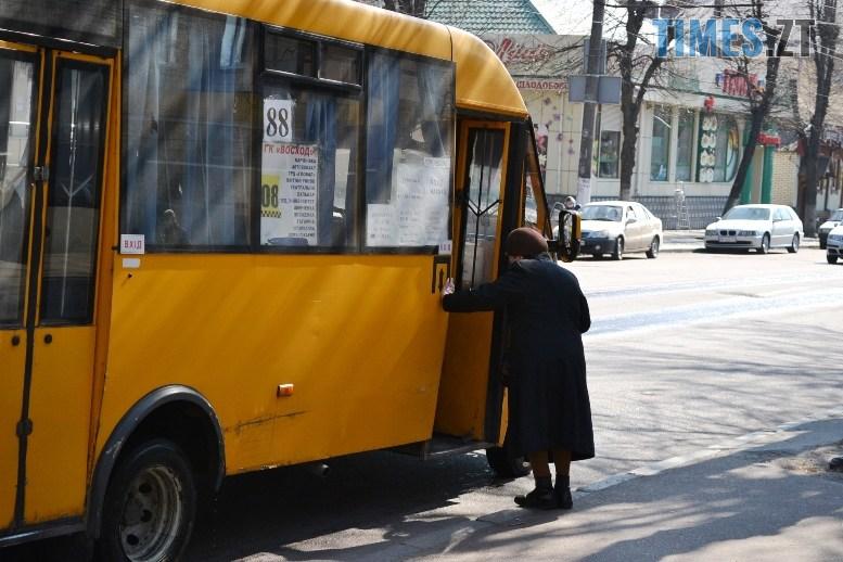 05 3 - Транспортний колапс у Житомирі відклали: у тролейбус ще пускають без посвідчення (ФОТО)