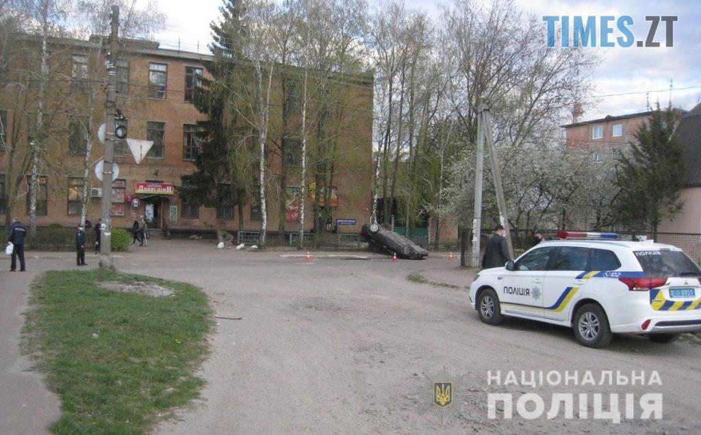 IMG 9260  1024x636 - У райцентрі Житомирщини перекинувся автомобіль, справою зайнялася поліція (ФОТО)