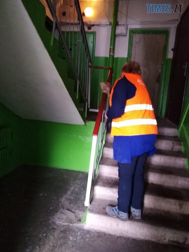 img1585830318 2 768x1024 - У міськраді показали, як дезинфікують під'їзди в Житомирських багатоповерхівках (ФОТО)