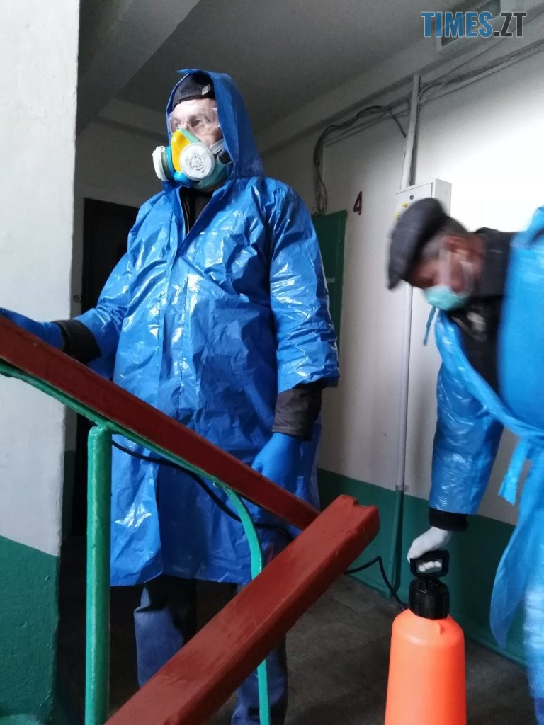 img1585830318 4 768x1024 - У міськраді показали, як дезинфікують під'їзди в Житомирських багатоповерхівках (ФОТО)