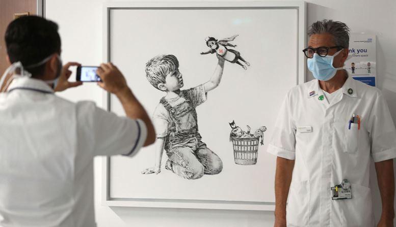 11 - Хлопчики тепер граються… медсестрами? Нове графіті Бенксі розбурхало «карантинних щурів» (ФОТО)