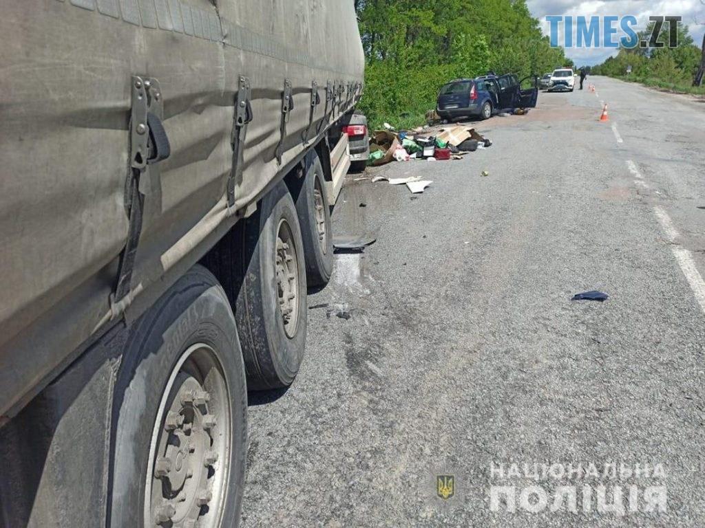 09.28.101  1024x768 - На Житомирщині Renault потужно протаранив вантажівку, постраждало двоє людей (ФОТО)