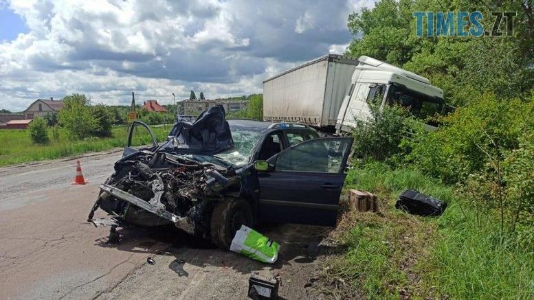 09.28.111  777x437 - На Житомирщині Renault потужно протаранив вантажівку, постраждало двоє людей (ФОТО)
