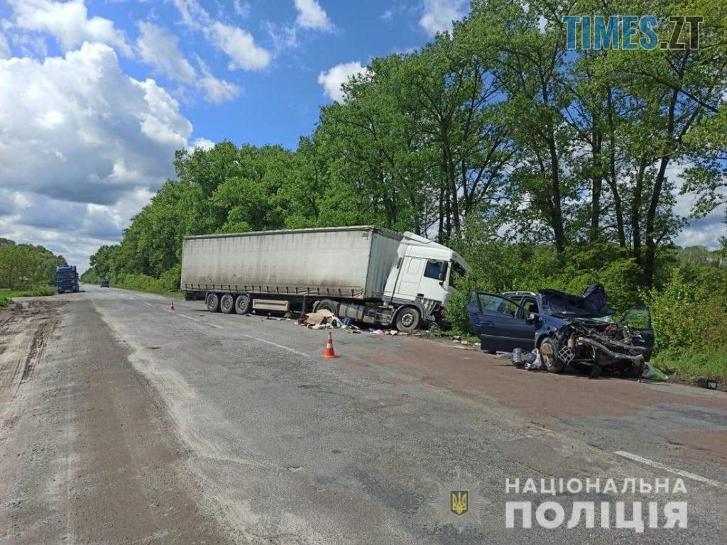 09.28.13  1024x768 - На Житомирщині Renault потужно протаранив вантажівку, постраждало двоє людей (ФОТО)