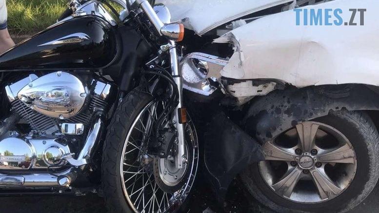 10 04 42 777x437 - У Житомирі потрійна аварія: мотоцикліст протаранив Daewoo, а потім влетів у Volkswagen (ФОТО)
