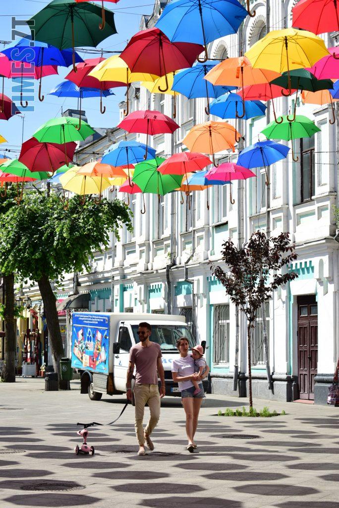 DSC 0322 e1591865682289 684x1024 - У Житомирі на Михайлівській замайоріли літні парасольки (ФОТО)
