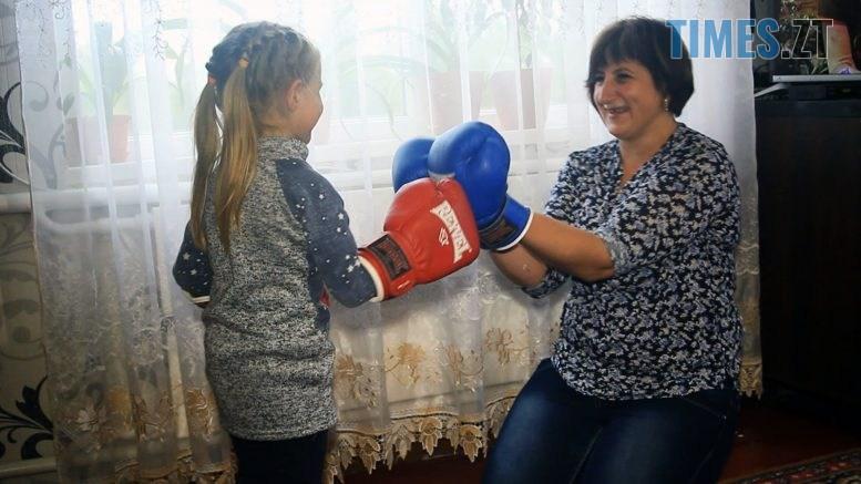 Still1212 00001 777x437 - «Дати дітям щось, чого не було в мене»: на Бердичівщині поштарка сама виховує 7 дітей (ВІДЕО)