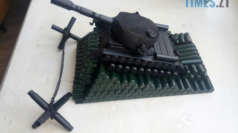 10 32 29 e1593780369193 777x437 - Танки, шахи, попільниці: Житомирський поліцейський виробляє сувеніри зі стріляних гільз та боєприпасів (ФОТО)