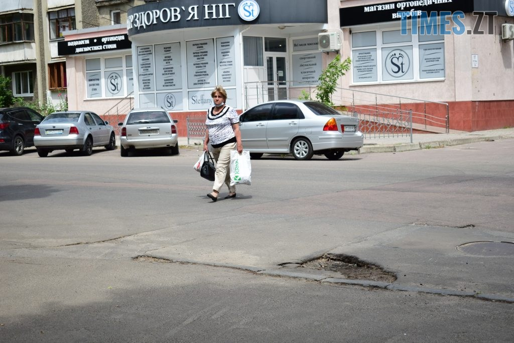 2ba560d9 fcae 4b25 8618 aa06a0b1e101 1024x684 - Повна рожа та шеврони: в Житомирі пішохідний перехід оздобили українським орнаментом (ФОТО)